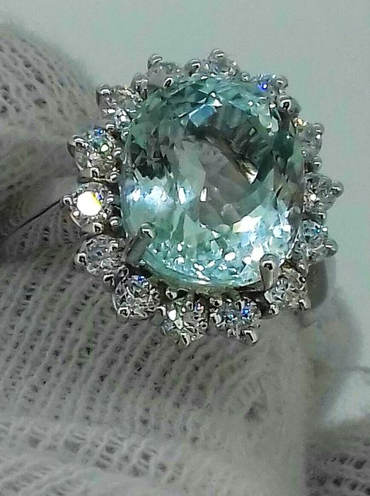 Cocktail ring with superb 7.72 ct aquamarine and 0.70 ct of accent diamonds, VVS, F - 18 kt gold ***No Reserve***