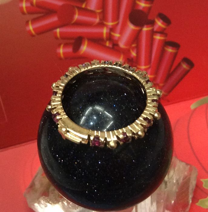 Ring in 18k yellow gold inlaid 10pcs rubies. Weight 0.7ct total.; Size: No 12 diameter 17.0 mm