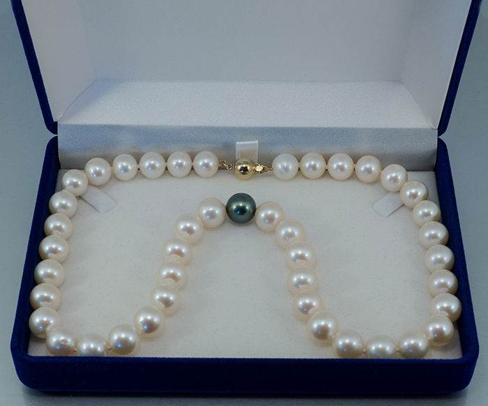 Cultivated pearl necklace with 1 Tahitian cultivated pearl AAA and clasp 14 kt gold -- length 45.0 cm **no reserve price**