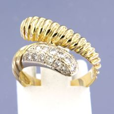 18 kt, bi-colour gold wavy ring with 16 brilliant cut diamonds, ring size: 16 (50)