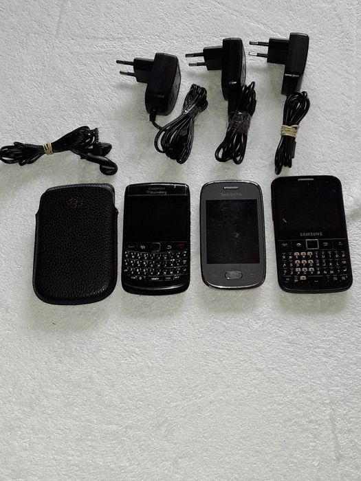 3 vintage phones - BlackBerry Bold 9780 + Galaxy Pocket and Samsung model Galaxy TXT B5510