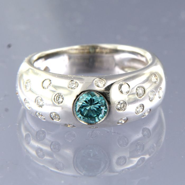 14 kt white gold ring with a 0.60 ct blue diamond in the centre  and white diamonds, 0.40 ct, ring size 17.25 (54)