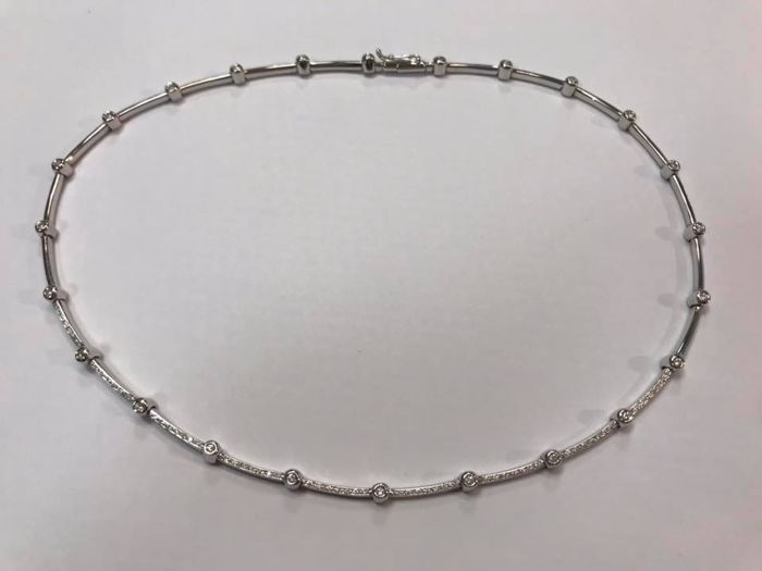 Semi-rigid choker in 18 kt white gold, brilliant cut diamonds (approx. 1.35 ct) with burnish setting and mounting rail with two claws
