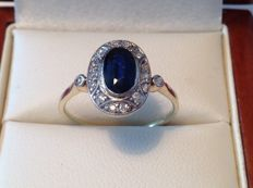 18 kt and 950 Platinum antique ring millegrain decorated with a natural blue sapphire of approx. 1.20 ct and 16 old brilliant cut diamonds of in total approx. 0.32 ct E-F/VVS