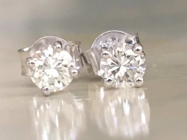 In mint condition, magnificent pair of 18 kt white gold solitaire diamond ear studs, approx. 0.45 ct in total of brilliant cut diamonds G-H/VVS