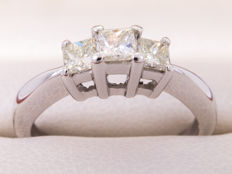 Triology of Diamonds / princes cut - 18k gold ring - **No Reserveprice**