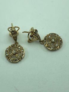 Earrings of 18 kt yellow gold with 42 rose cut diamonds and a total weight of 0.8 ct.
