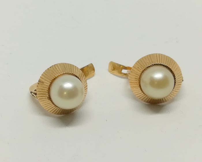 earrings made of 18 kt yellow gold with cultured pearls measuring 7 mm