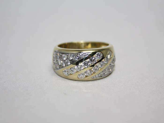 18 kt yellow gold shank ring with 36 diamonds set in lines with prongs for 1.08 ct - Ring size: 51/52