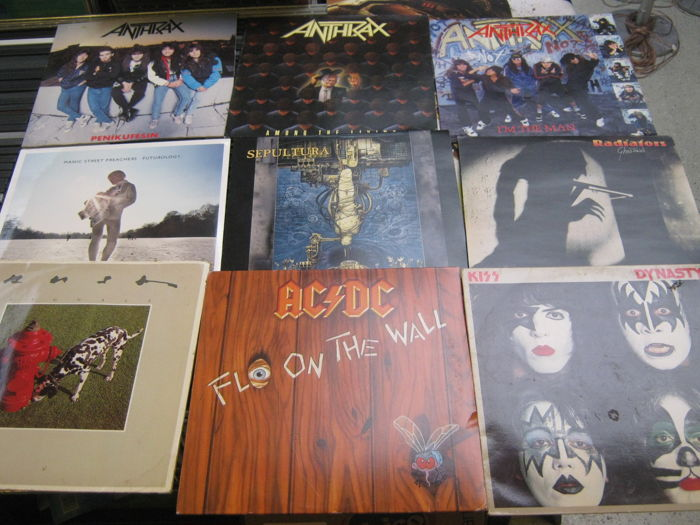 Nice lot of 9 (hard) rock records like: ac/dc, anthax(3 times)+sepultura+kiss+Manic street preachers (sealed)+radiators+etc