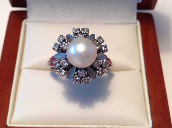 14 kt white-gold entourage ring with a cultured pearl of 8 mm and 18 brilliants of approx. 0.54 ct in total