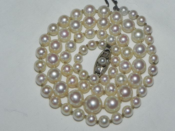 Antique pearl necklace, Akoya pearls, approx. 4.3–8.5 mm in diameter, 2 small diamonds