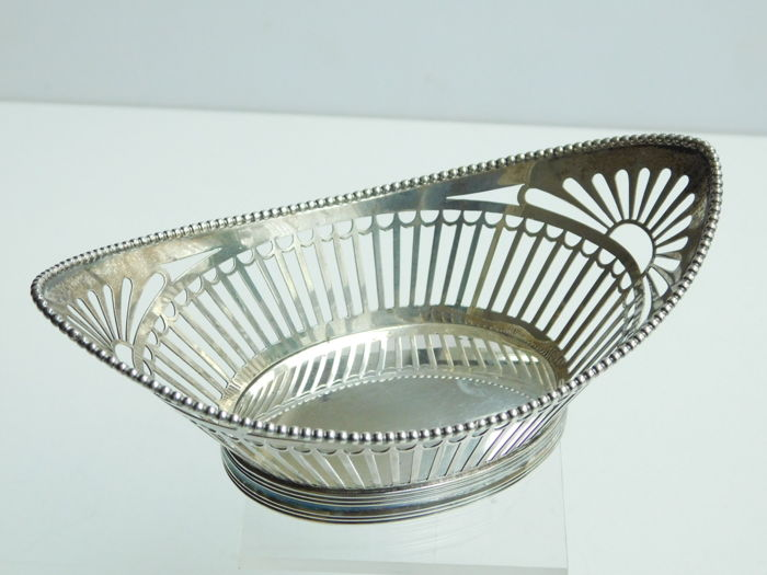 Silver open work chocolate basket with pearl rim, A.J. Pichal, Schoonhoven, 1916
