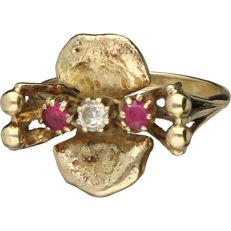 14 kt yellow gold decorated ring set with a ruby and a brilliant cut diamond of approx. 0.10 ct. - Ring size: 17.5 mm
