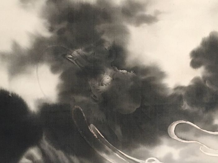 Detailed handpainted hanging scroll - Signed and sealed 'Shogai' 松涯 - 'Dragon amidst the clouds' - incl. original scroll box - Japan - 1940