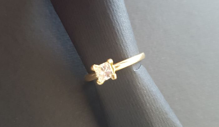 18 kt yellow gold engagement ring with a natural princess cut certified diamond for 0.50 ct #No reserve price