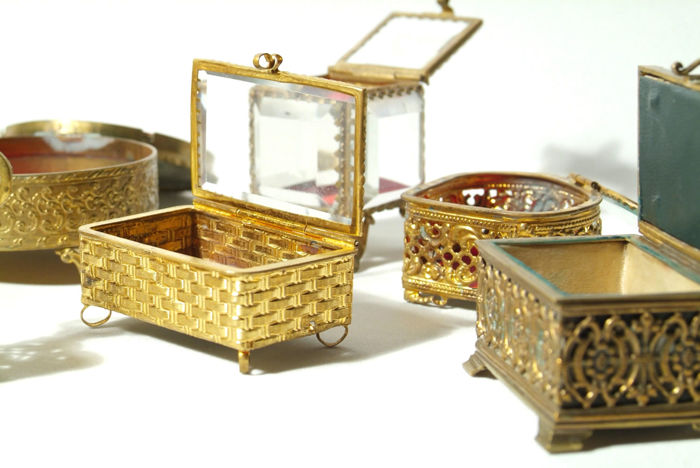 Lot of little jewellery boxes made of brass and glass; some with cut ...