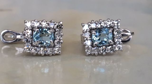 18 kt white gold ear studs with in total 0.84 ct in diamonds and 0.40 ct in aquamarine. Size: approx. 10 mm x 0.8 mm