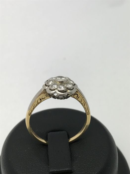Diamond ring in the shape of a blossom diamonds 1 x 0.1 ct + 8 x 0.05 ct; 0.5 ct in total made of 14 kt / 585 yellow & white gold, floral design