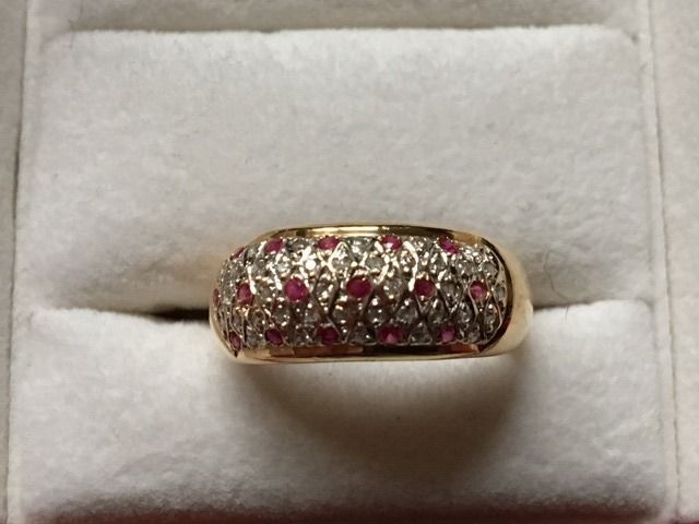 18 kt (750°/100) yellow gold band ring - paved with alternating simple 8/8 cut small diamonds and 16 small brilliant rubies