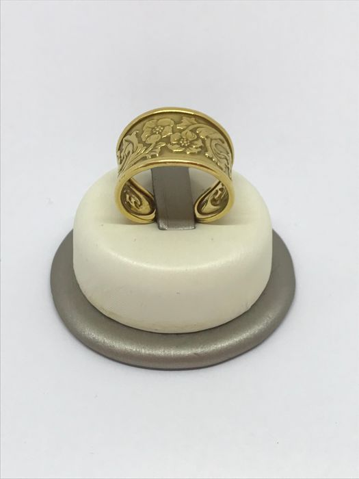 Band ring in 18 kt yellow gold with unique floral decoration, 4.72 g, adjustable size