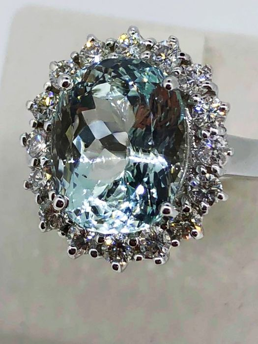 Cocktail ring with 6.20 ct aquamarine surrounded by diamonds for 1.12 ct F/VVS - 18 kt gold ***No Reserve***