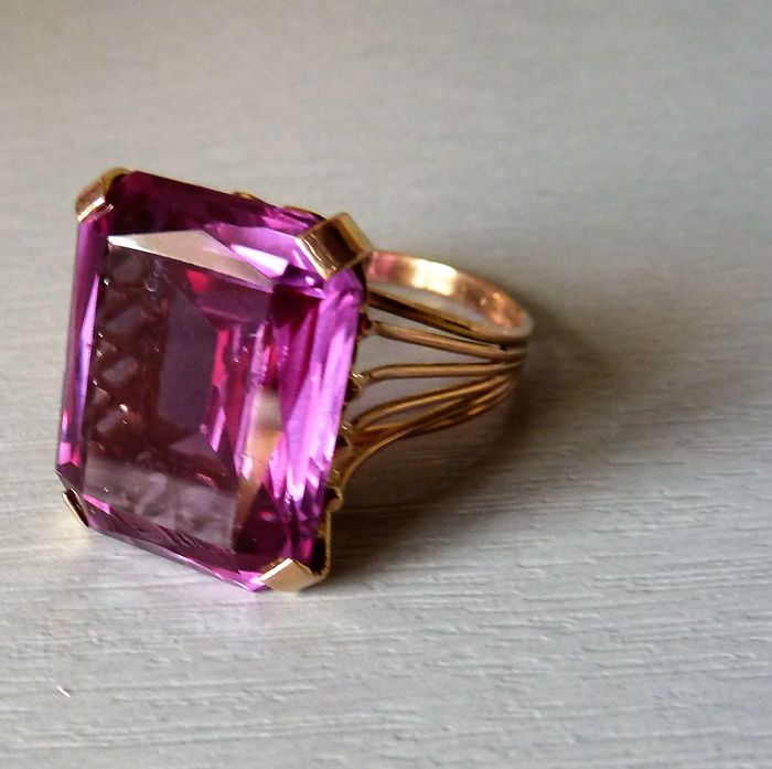 14 kt gold ring set with a large alexandrite, probably synthetic
