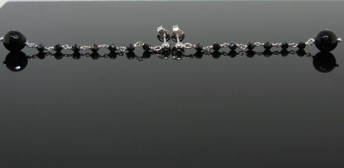 White gold 18 kt pending earrings set with 16 natural black zircon round faceted beads Ø 8 and 3 mm diameter. Weight: 4,50 gr +++ no reserve price +++