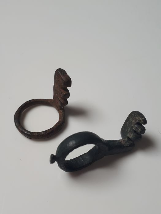 Key ring (2) bronze and iron L: 2.2 cm, 3.6 cm