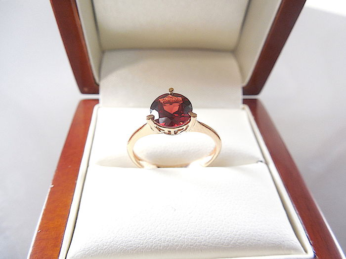 14K yellow gold ring with Garnet, size 16.7 mm