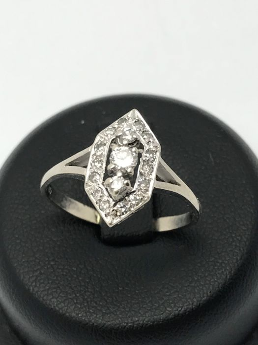 Diamond ring in Rhombus shape 1x 0.1 + 14x 0.01 + 2x 0.02 ct round, approx. 0.3 ct in total in 14 kt / 585 white gold