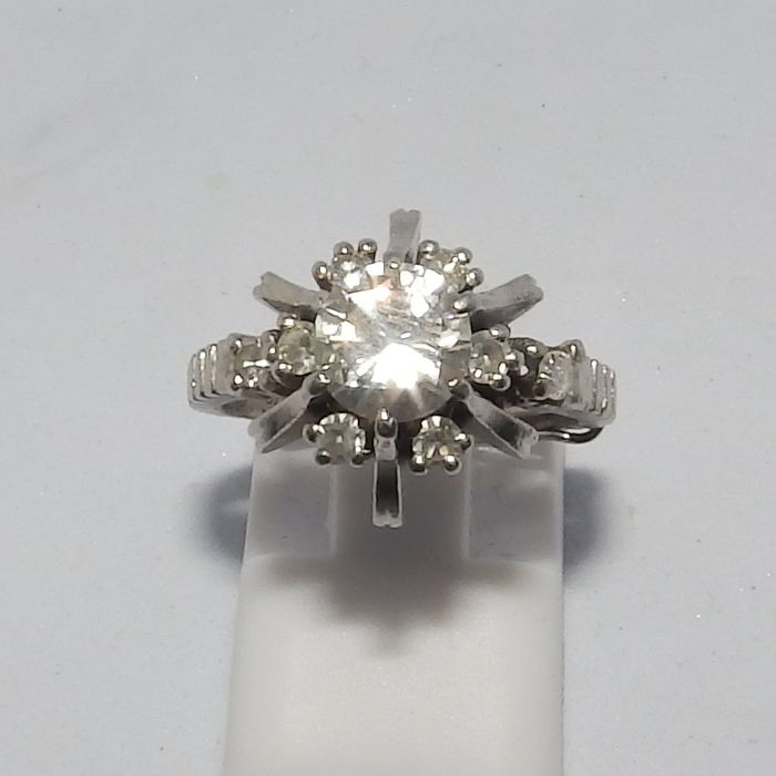 Sortija de Platino con 1 Diamante Natural talla Brillante Central de 0,90 ct. y 8 más en orla, sumando 0,32 ct. Color, H-I. Pureza, SI2. Total: 1,22 ct.