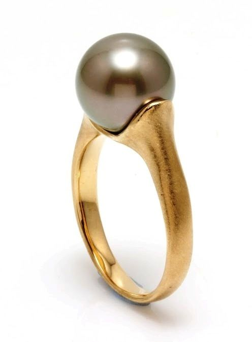 18K Matte Yellow Gold Ring Featuring a Lustrous Tahitian Pearl - Authenticity Certificate
