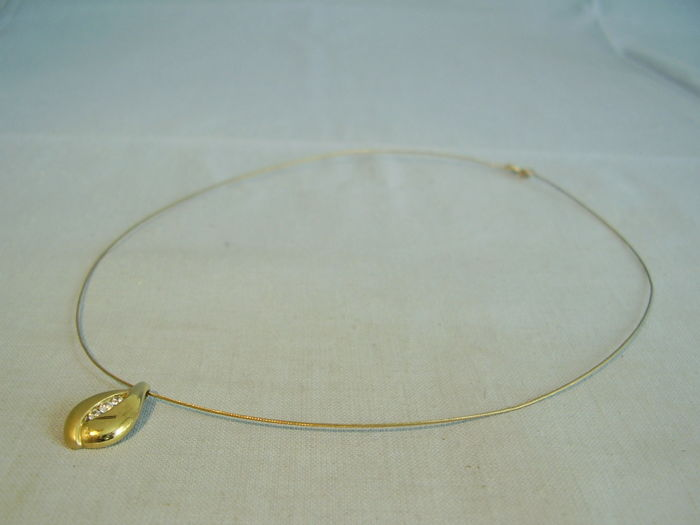 Golden choker with golden white topaz pendant