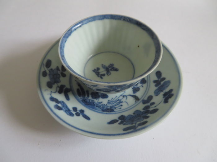 A rare Chinese blue and white porcelain teacup and saucer  with flower and insect decoration - 71 X 40 / 117 X 22 mm