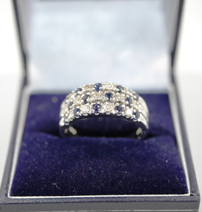Ring 18 kt White Gold Blue Sapphires & 13 white diamonds, total carat weight of 0.45 ct - 18.5 mm