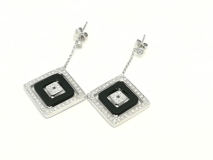 Long earrings in 18 kt white gold with brilliant cut diamonds weighing 0.52 ct and reversible onyx