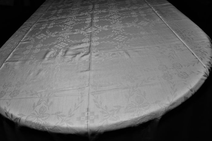 Damask banquet tablecloth (370 cm X 155 cm) from a private collection from Portugal