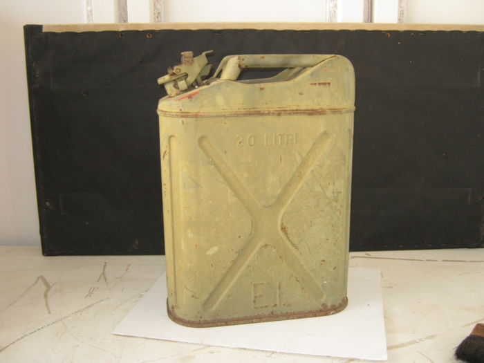 20L petrol jerrycan of the Italian Army from the 1950s with initials E.I.