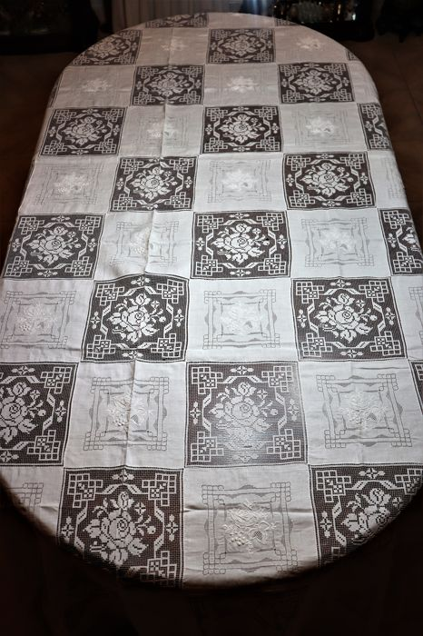 Very old and rare banquet tablecloth in linen worked with filet net embroidery, Portugal, 1950 (270 cm x 170 cm), 100% linen