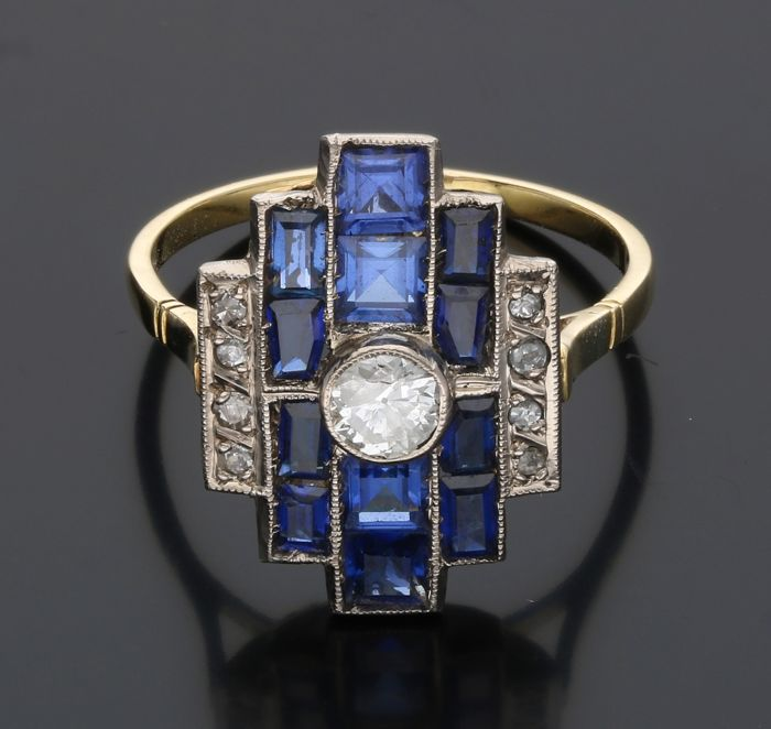 18 kt - Yellow gold ring set with sapphire, 1 brilliant cut diamond and 18 single cut diamond of approx. 0.59 ct in total - Ring size: 19 mm