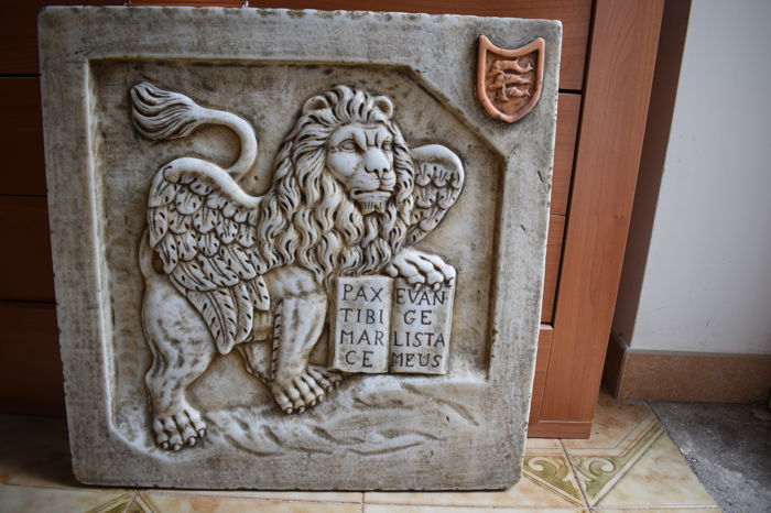 Lion of Saint Mark in Carrara marble with coat of arms inlaid in antique yellow marble - Italy - Venice - 20th/21st century