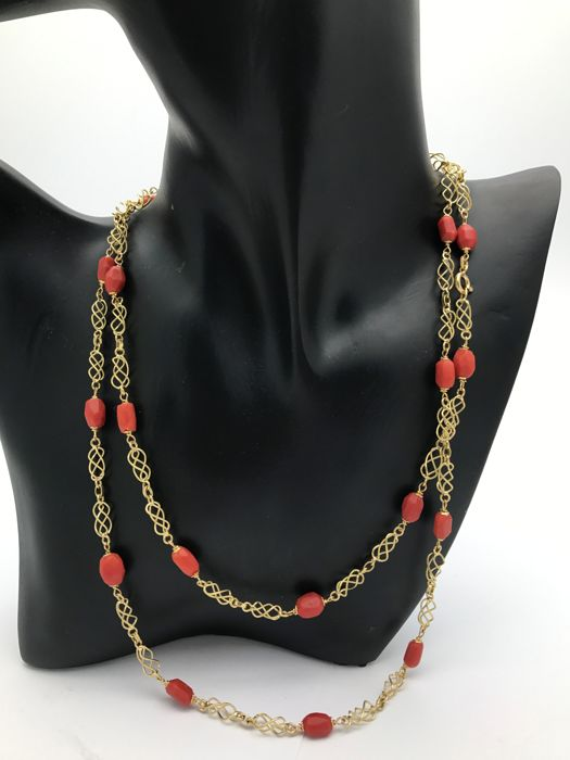 Coral & gold necklace, long necklace with coral and fine mesh links wrought in 18 kt / 750 yellow gold