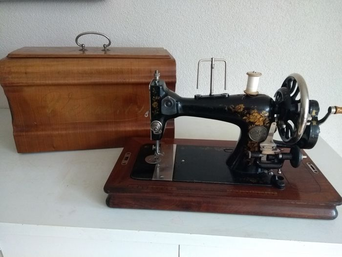 A Clemens Müller Veritas Hand Sewing Machine Decorated With Golden Amazing Muller Sewing Machine