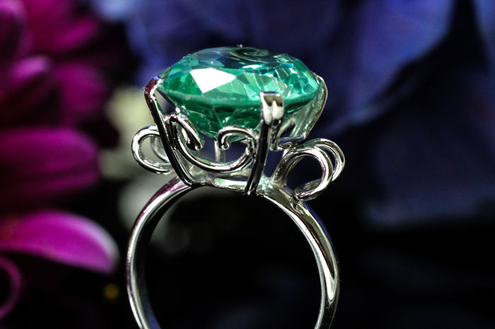 Cocktail ring - 18 kt white gold with green apatite - no reserve price