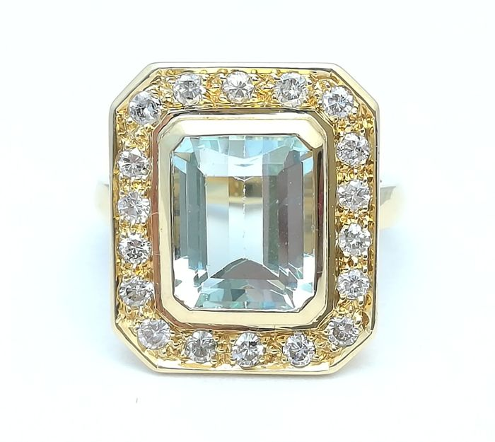 18 kt gold cocktail ring with an aquamarine weighing 4.3 ct and 18 brilliant cut diamonds weighing 0.72 ct