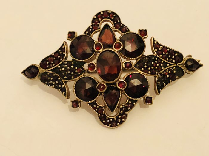 Antique garnet 14 kt gold brooch Vienna circa 1880