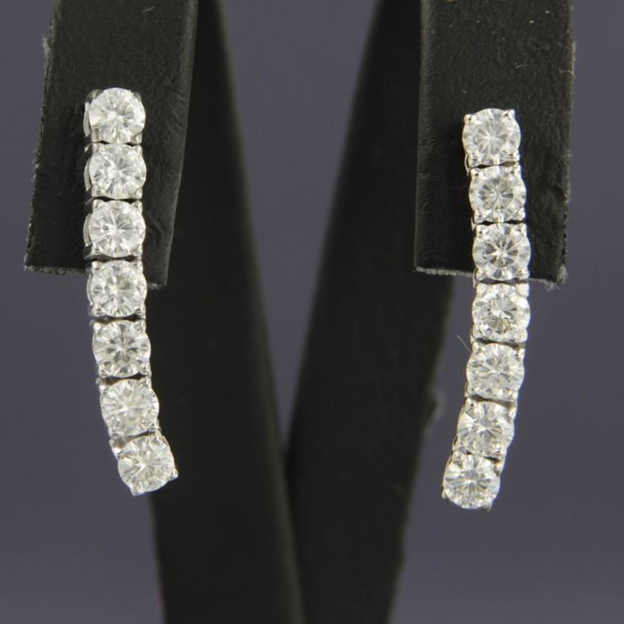 18 kt white gold dangle earrings set with 14 brilliant cut daimonds, approximately 1.50 carat in total