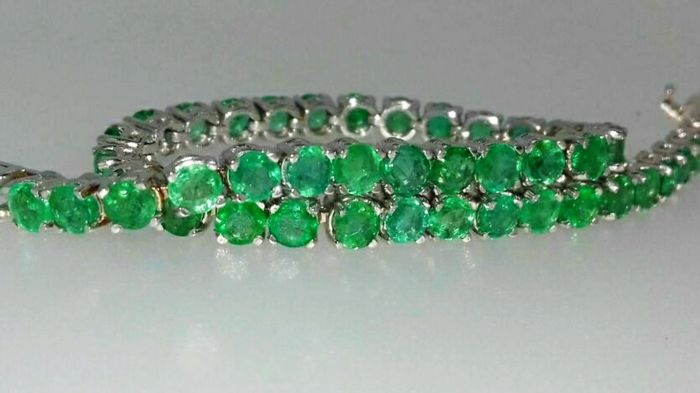 Exclusive tennis bracelet in 18 kt white gold with 0.23 ct high-quality emeralds totalling 13.2 ct ****No Reserve****