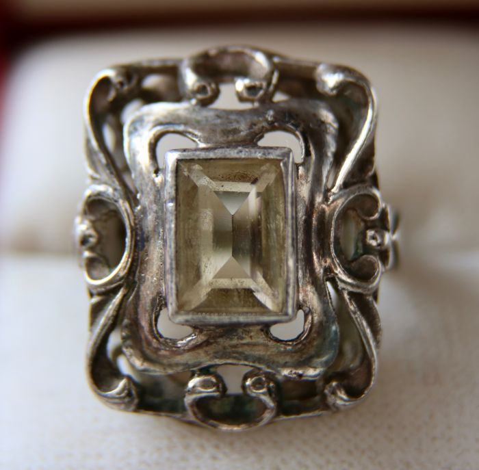 Antique Art-Nouveau silver ring with a large ring head set with a natural emerald cut Quartz